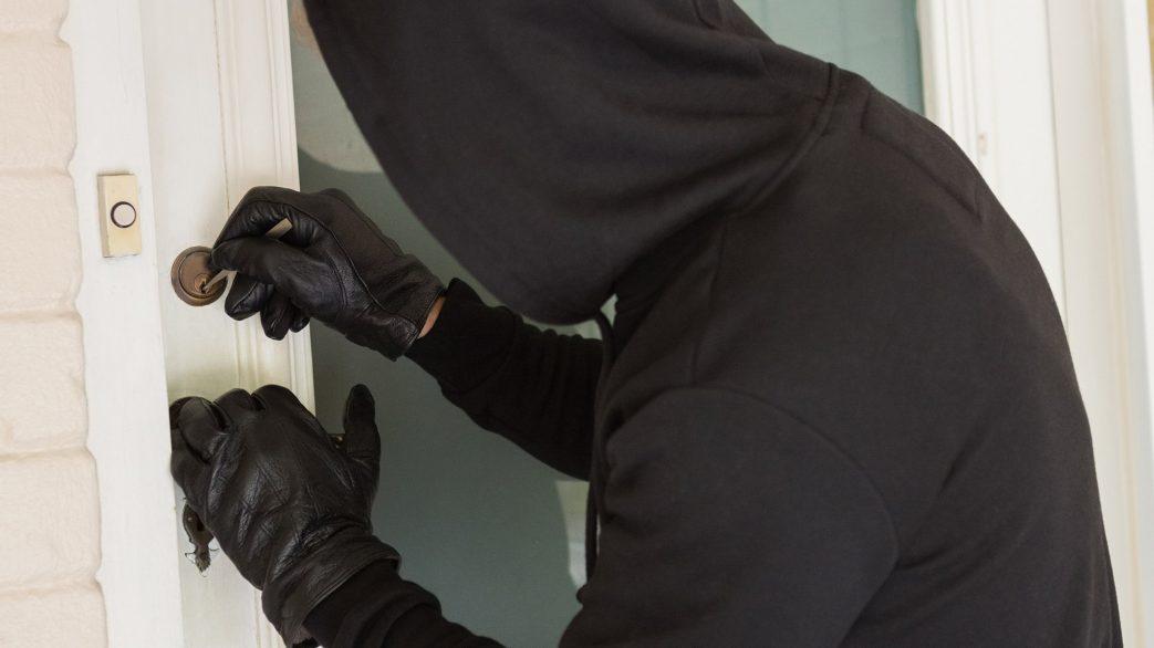 inbrottstjuv bryter upp lås på en villa