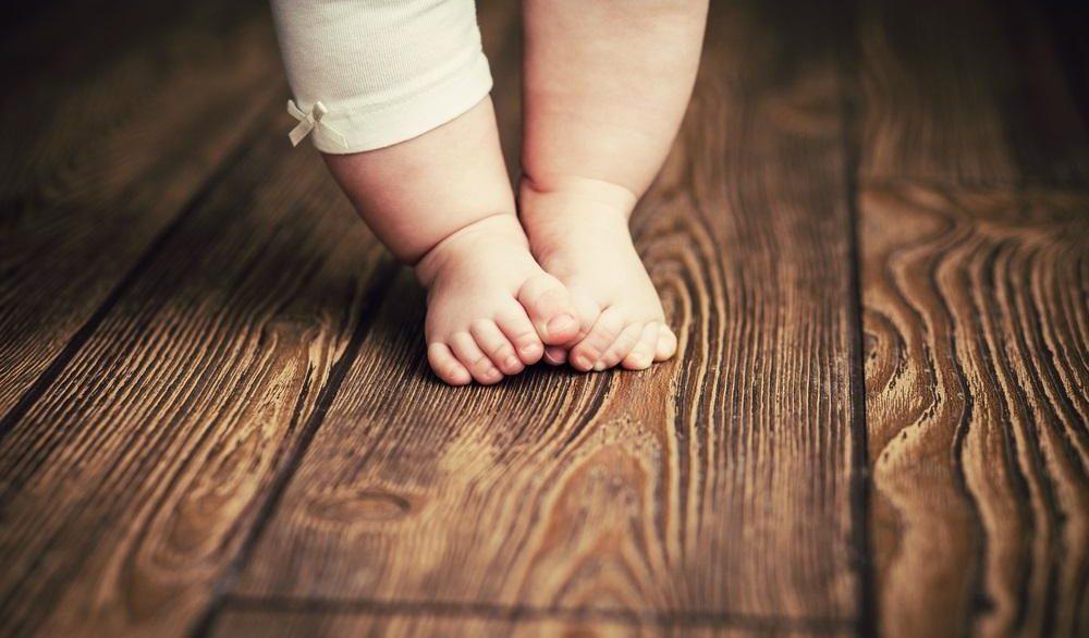 barnfötter på trägolv